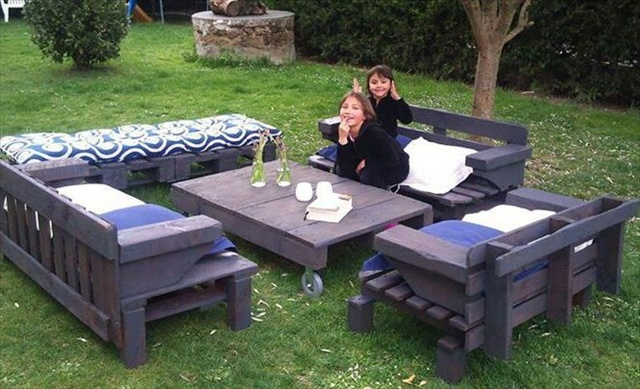 8 revamp pallet ideas for outdoors pallet furniture plans - Palette salon de jardin ...