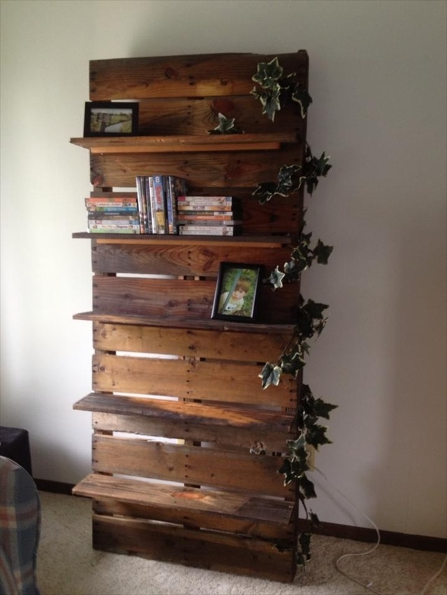 Diy bookshelf ideas with pallet wood pallet furniture plans for Repisas hechas con palets