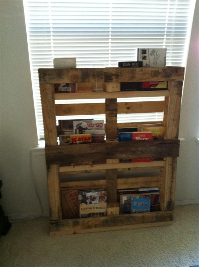 Wood Pallet Bookshelves DIY 640 x 857