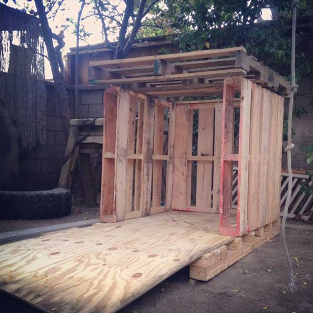 Pallet playhouse for kids from reclaimed wood pallet for Simple outdoor playhouse plans