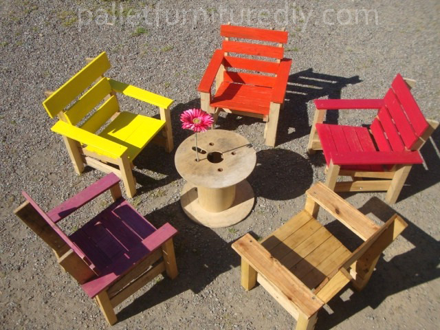 Pallet armchair for kids pallet furniture plans for Modele de fauteuil en palette