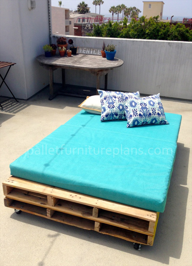 Multipurpose Rolling DIY Pallet Daybed Furniture