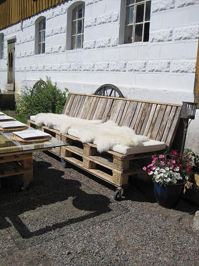 Pallet Couch for your outdoor