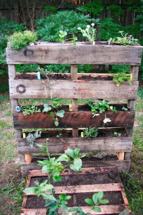 Pallet Garden - Landscaping with Pallets | Pallet Furniture Plans