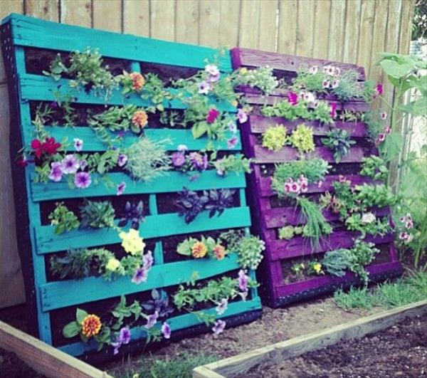 Pallet garden landscaping with pallets pallet for Palette table de jardin