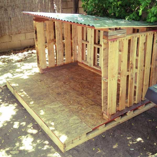 Diy outdoor tiny pallet playhouse pallet furniture plans How to build outdoor playhouse