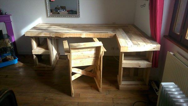 computer desk with recycled pallets