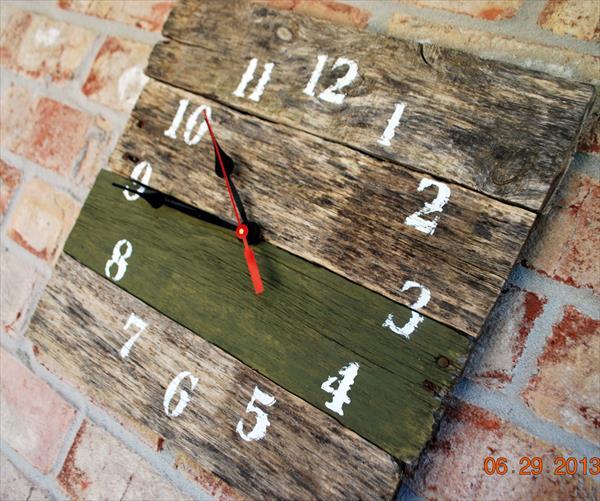 repurposed pallet clock