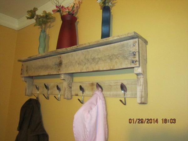 DIY Pallet Coat Rack With Spoon Hooks | Pallet Furniture Plans
