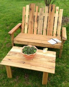 recycled pallet bench and table