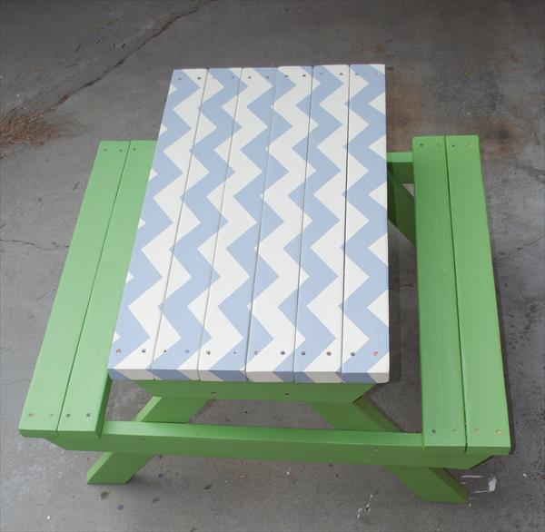 resurrected pallet picnic table
