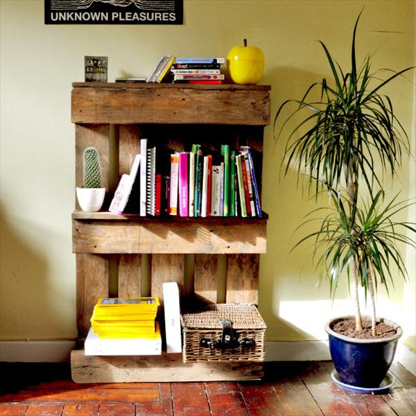 recycled pallet bookshelf