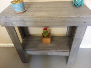 DIY Pallet Entryway Table