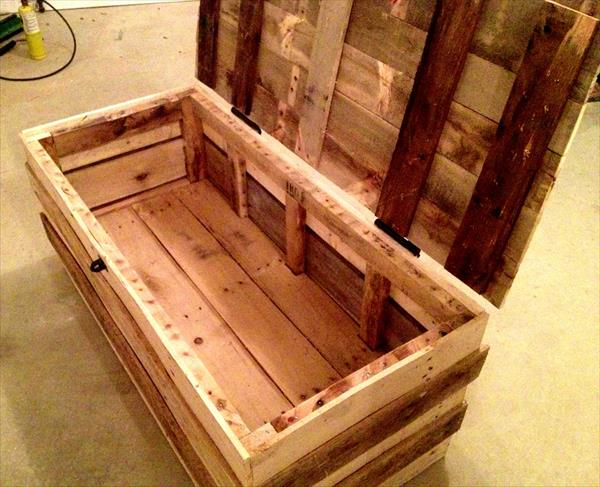 reclaimed pallet hinged trunk