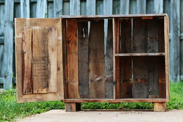 upcycled pallet rustic bookshelf