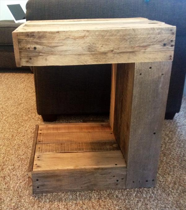 Diy c shaped pallet side table pallet furniture plans for Pallet end table