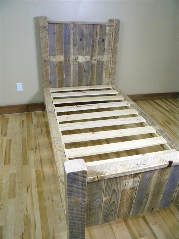 Diy pallet bed pallet furniture plans for Simple bed diy