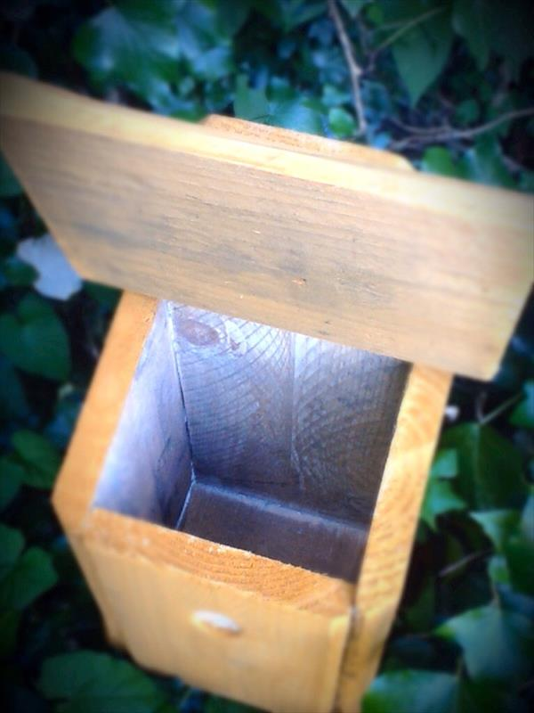 reused pallet birdhouse