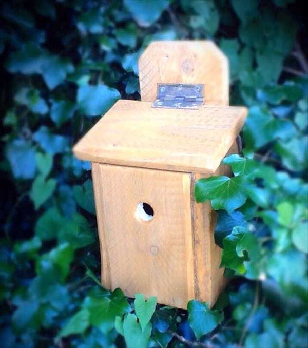 recycled pallet birdhouse