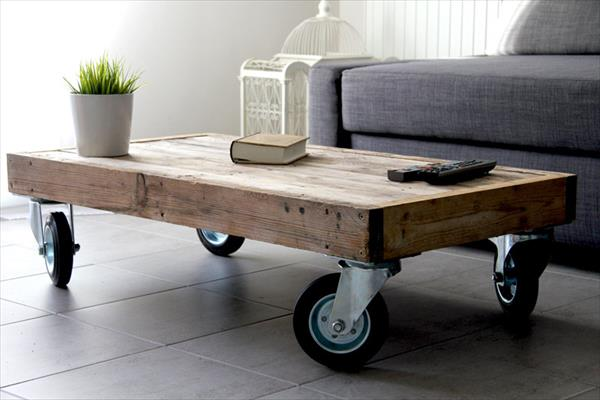 Diy reclaimed pallet coffee table with wheels pallet - Tables basses de salon en bois ...