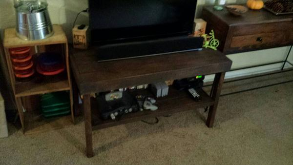 repurposed pallet TV stand or media cabinet
