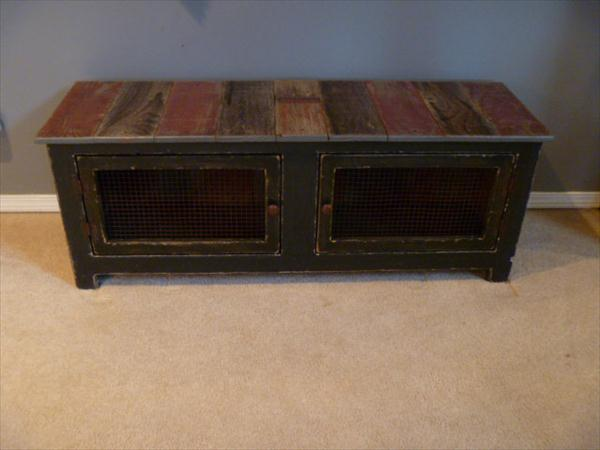 upcycled pallet mudroom bench