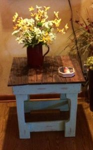 DIY Small Reclaimed Pallet Side Table