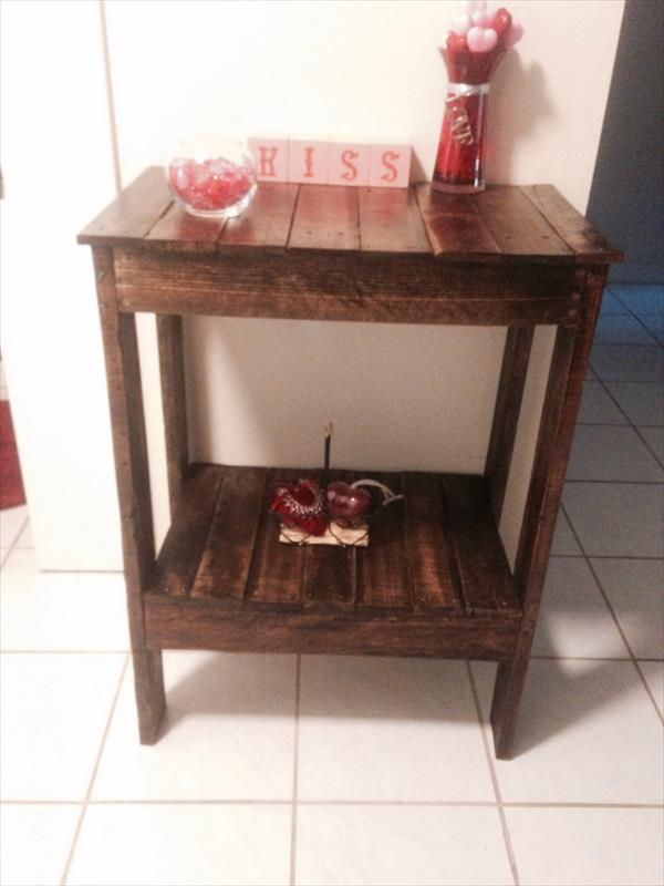 repurposed pallet end table and entryway table