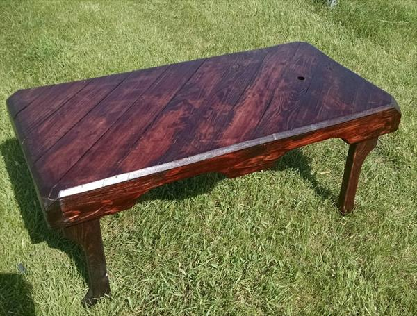 recycled pallet coffee table with patterned top