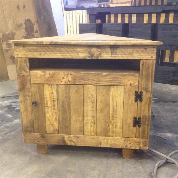 handmade pallet V-shape media stand