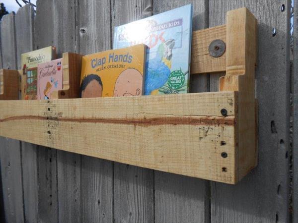 easy-to-build pallet bookshelf