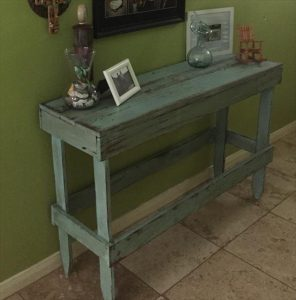 DIY Distressed Pallet Entryway Table