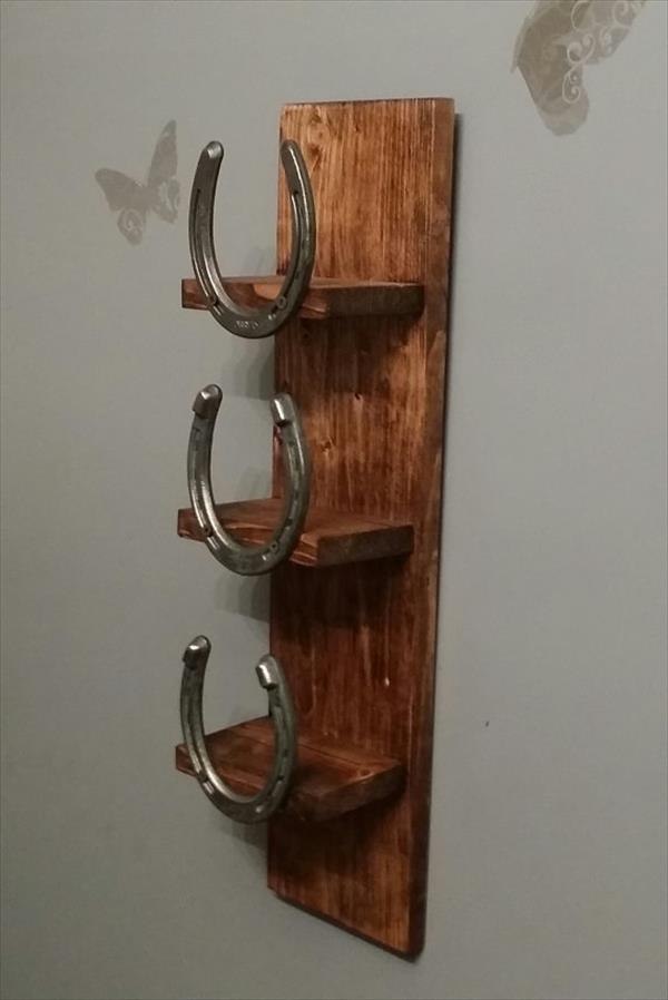 rustic pallet and horseshoe