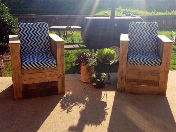 recycled pallet beefy chairs with cushion