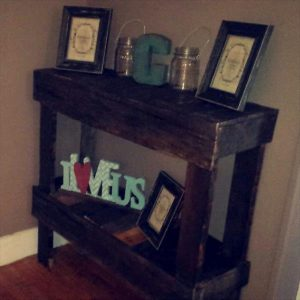 DIY Pallet Entryway Decorative Table