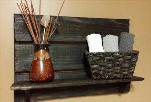 Easy Pallet Decorative Shelf