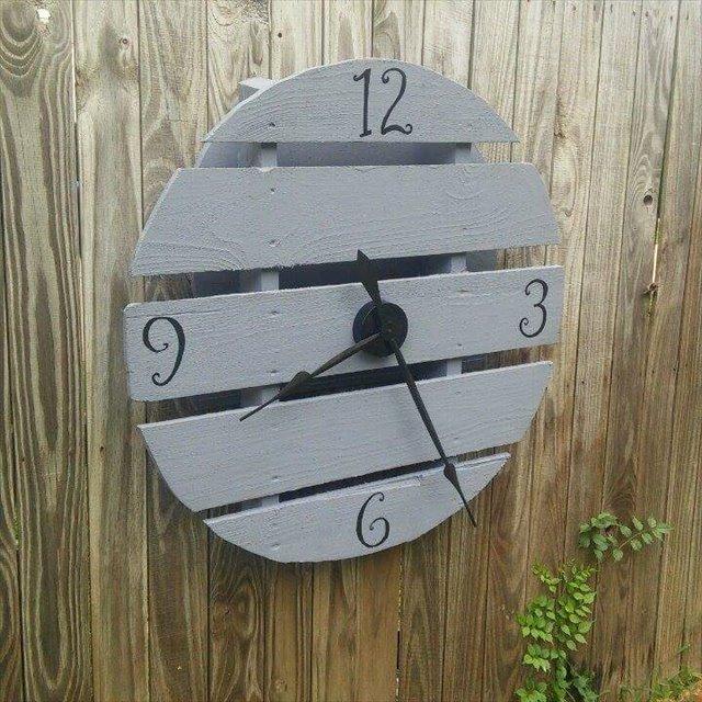 Outdoor Pallet Clock