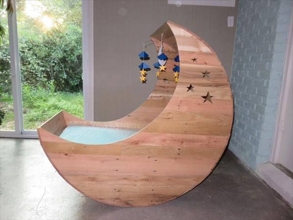 DIY Pallet Half Moon Baby Cradle | Pallet Furniture Plans