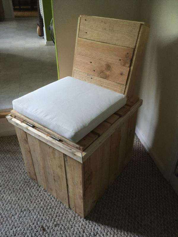 Reclaimed pallet storage chair