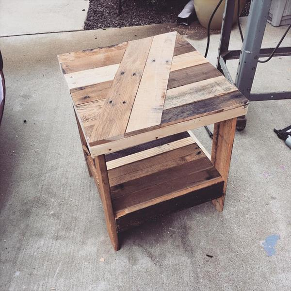 Diy pallet end table nightstand pallet furniture plans for Pallet end table