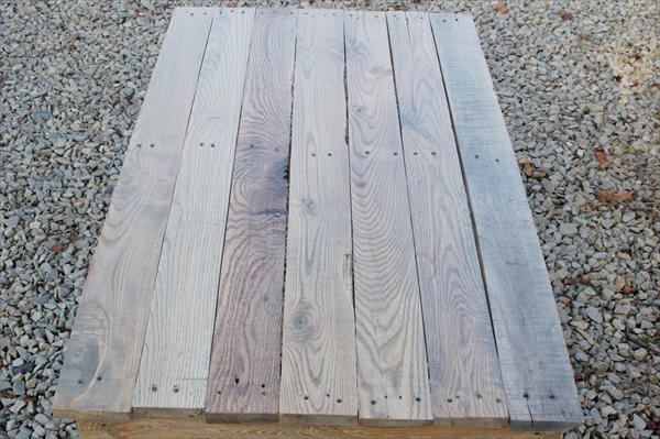low-cost wooden pallet coffee table