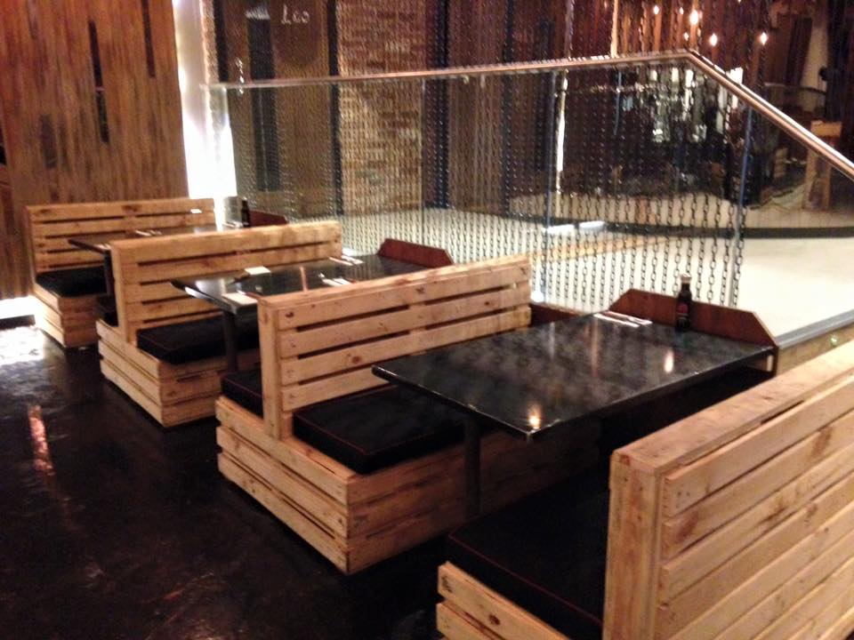 Pallet Seating Set for Restaurant Pallet Furniture Plans : diy pallet restaurant sofa from palletfurnitureplans.com size 960 x 720 jpeg 86kB