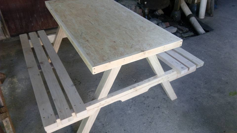 low-cost wooden pallet picnic table