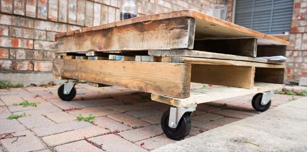 low cost wooden pallet coffee table with wheels