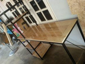 Wooden Pallet Desk With Side Shelf Tiers
