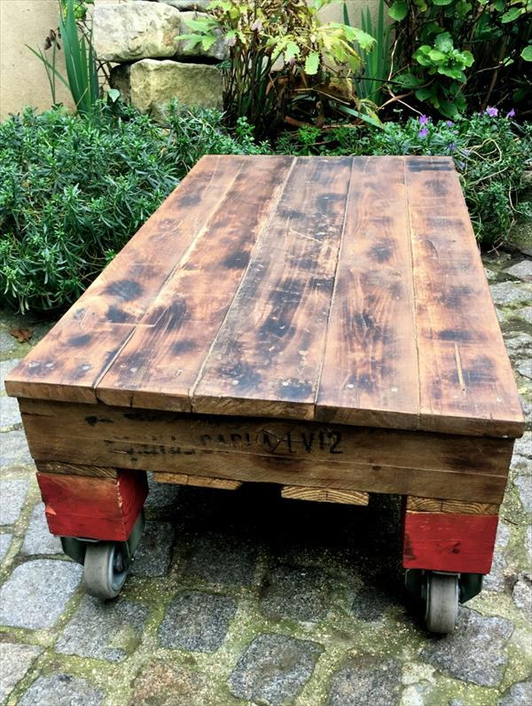 low-cost wooden pallet coffee table with wheels