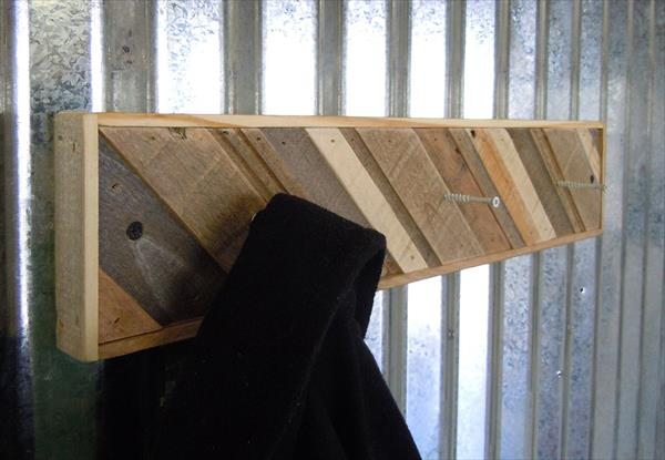 diy pallet low-cost coat rack