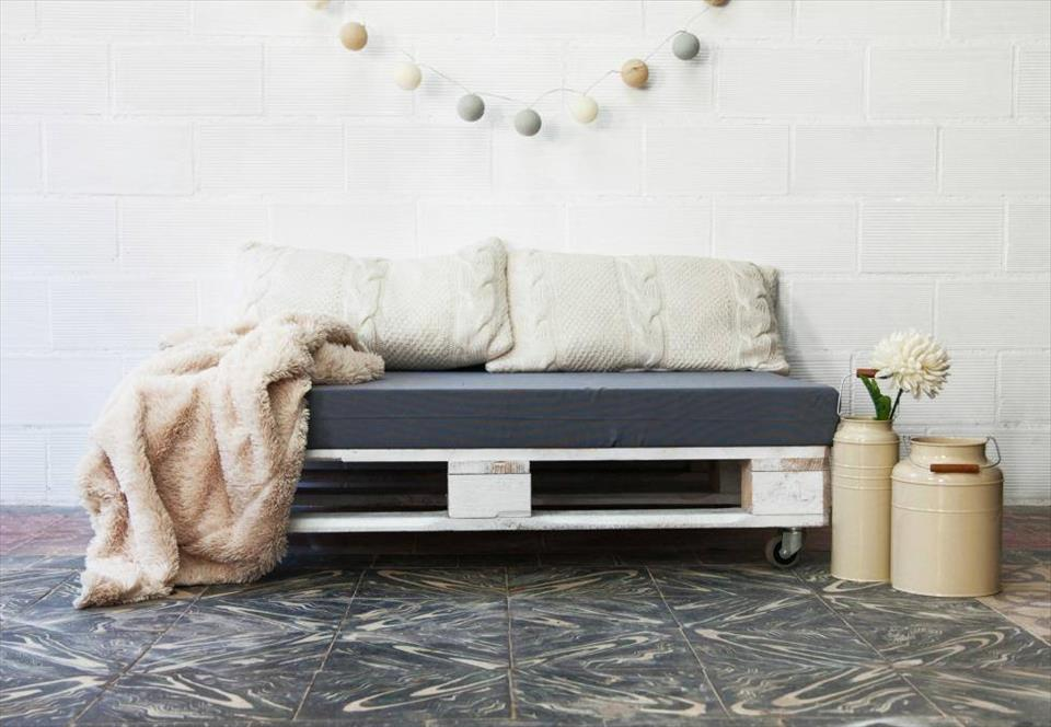 no-cost pallet cushioned seat with wheels