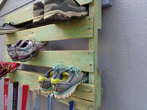 low-cost wooden pallet wall hanging shoes rack