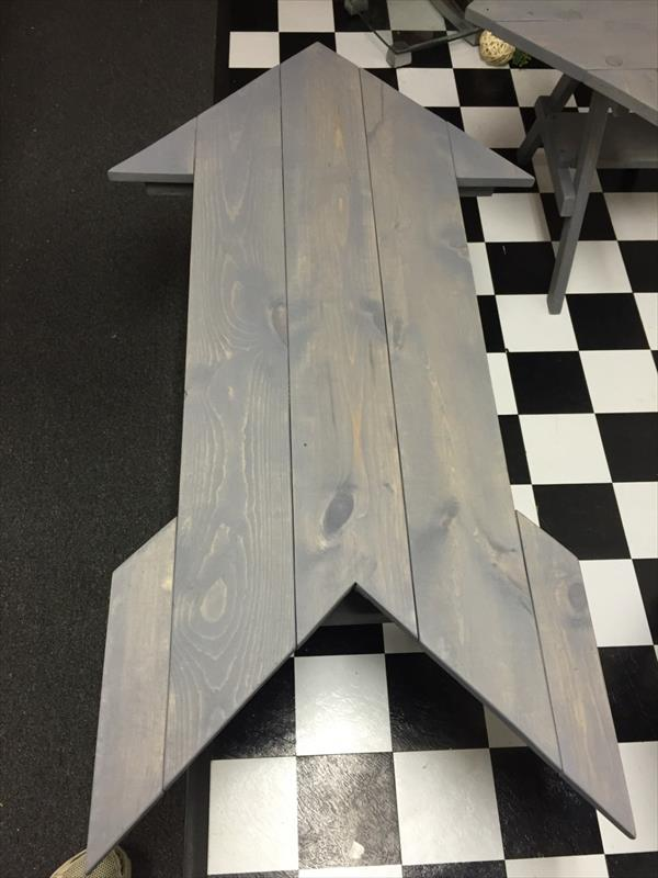 no-cost pallet arrow shaped coffee table